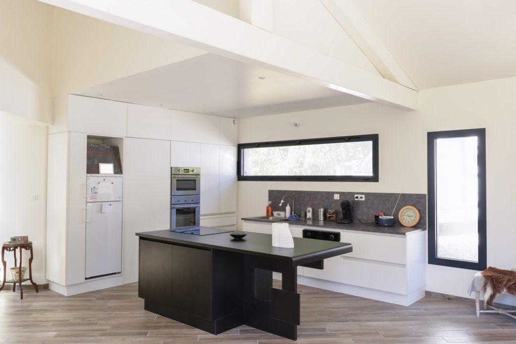 Création d'une cuisine stratifié blanc et noir. Aménagement des placards et rangements avec façades « prise de main ».