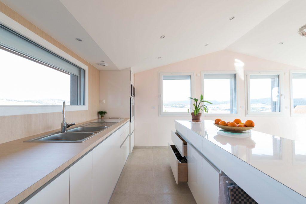 Création d'une cuisine en stratifié chêne blanc et brillant