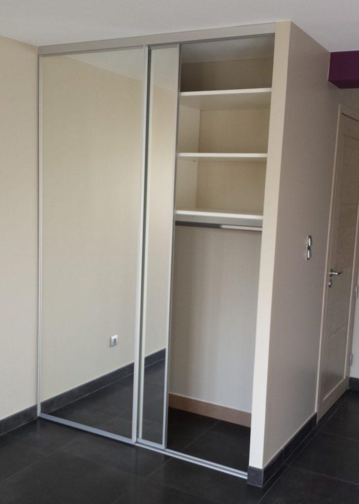 Agencement intérieur en stratifié blanc et portes coulissantes en miroir